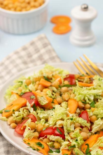 ひよこ豆のハイアングルサラダ 無料写真
