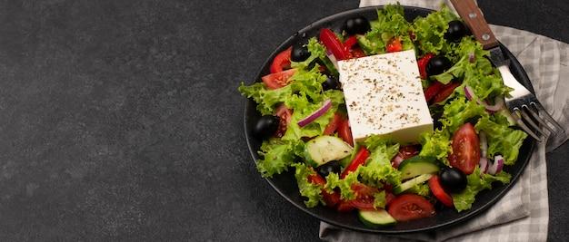 Салат под высоким углом с сыром фета и копией пространства Бесплатные Фотографии