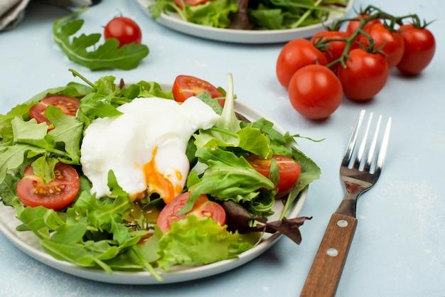 Салат высокий угол с жареным яйцом и помидорами черри Бесплатные Фотографии