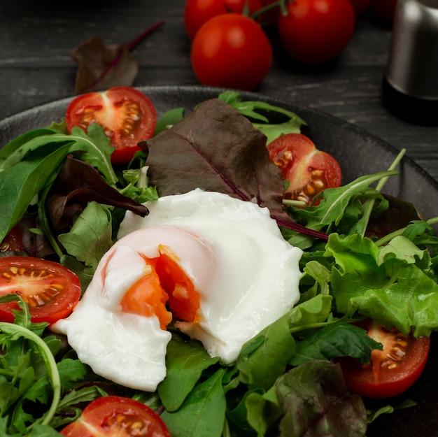 Салат с жареным яйцом и помидорами Бесплатные Фотографии