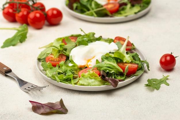 トマトと目玉焼きのハイアングルサラダ 無料写真