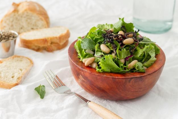 白豆とパンのハイアングルサラダ 無料写真