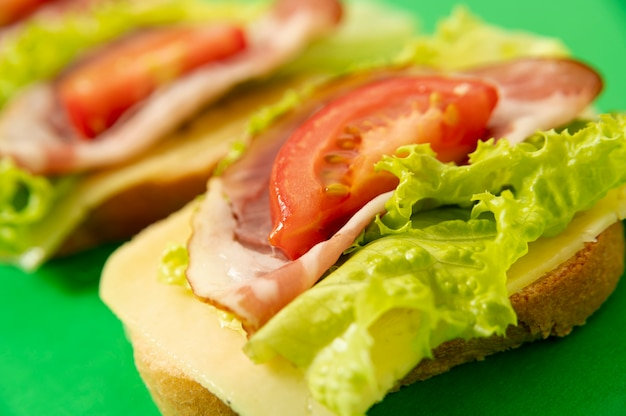 High angle sandwich arrangement on green board Free Photo