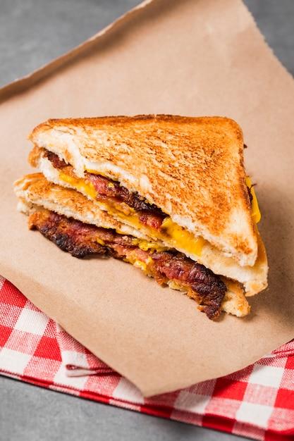 베이컨과 치즈가 들어간 하이 앵글 샌드위치 무료 사진