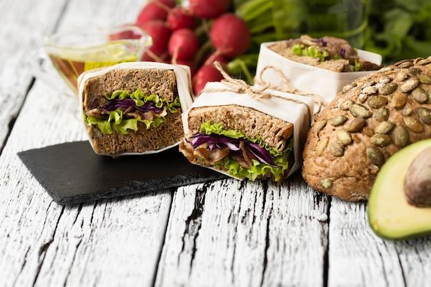 Alto angolo di panini su ardesia con avocado Foto Gratuite