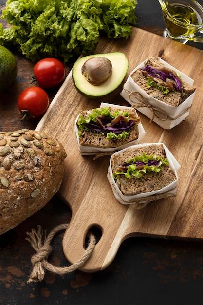 Alto angolo di panini con pomodori e avocado Foto Gratuite
