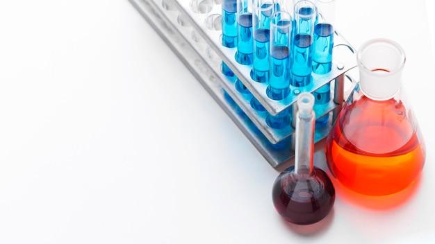 복사 공간이있는 화학 물질 배열이있는 높은 각도 과학 요소 프리미엄 사진
