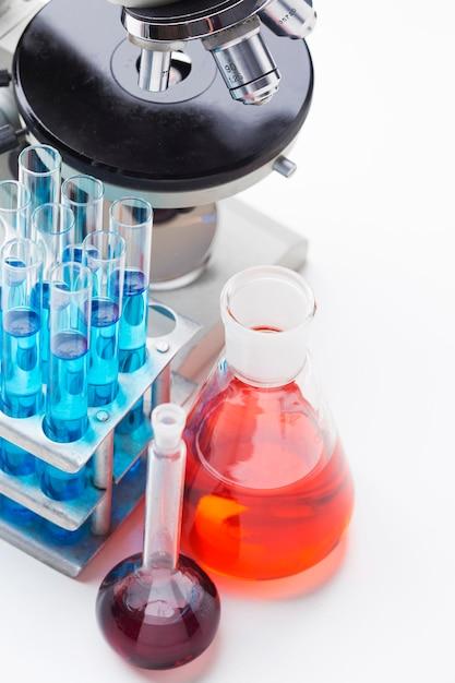 화학 물질 구색이 포함 된 높은 각도의 과학 요소 무료 사진