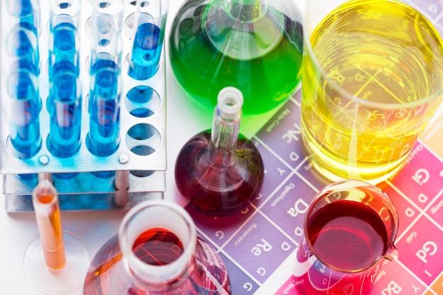 Elementi scientifici ad alto angolo con assortimento di prodotti chimici Foto Gratuite
