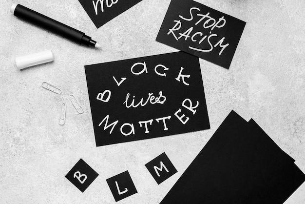 Elevato angolo di selezione delle carte con vite nere con la penna Foto Gratuite