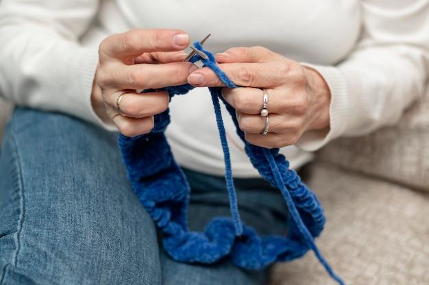 High angle senior woman at home knitting Free Photo