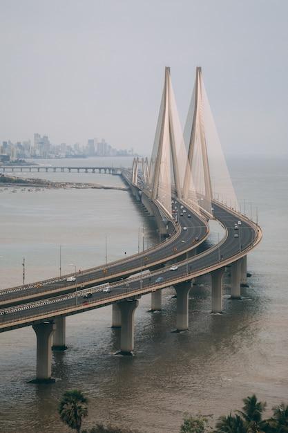 Inquadratura dall'alto di bandra worli sealink a mumbai avvolta dalla nebbia Foto Gratuite