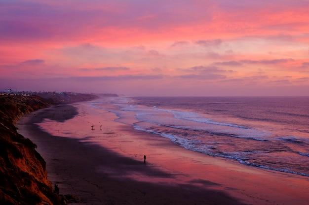 Inquadratura dall'alto di una bellissima spiaggia sotto il cielo al tramonto mozzafiato Foto Gratuite