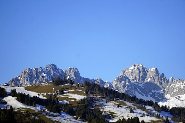 Colpo di alto angolo di una bellissima valle innevata e le rocce sotto il cielo in Foto Gratuite