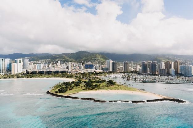 Colpo di alto angolo degli edifici della città con una bellissima vista del mare Foto Gratuite