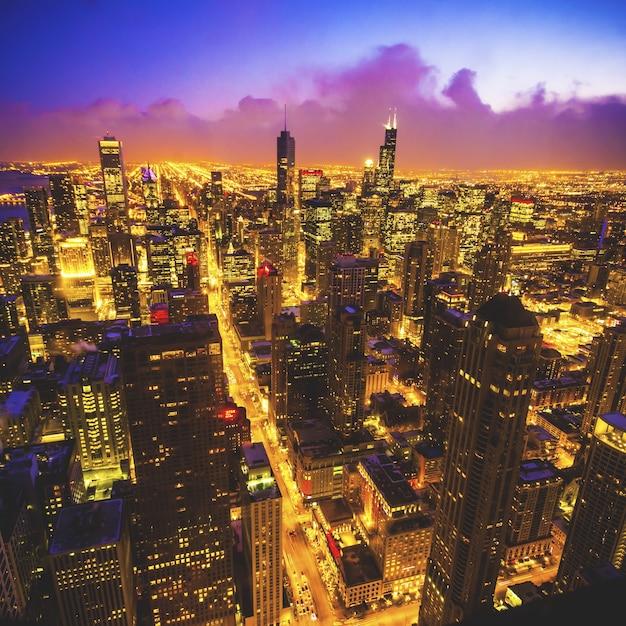 Inquadratura dall'alto della città di chicago dalla famosa hancock tower durante la notte Foto Gratuite