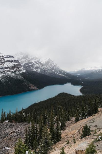 Inquadratura dall'alto di un chiaro lago ghiacciato circondato da uno scenario montuoso Foto Gratuite