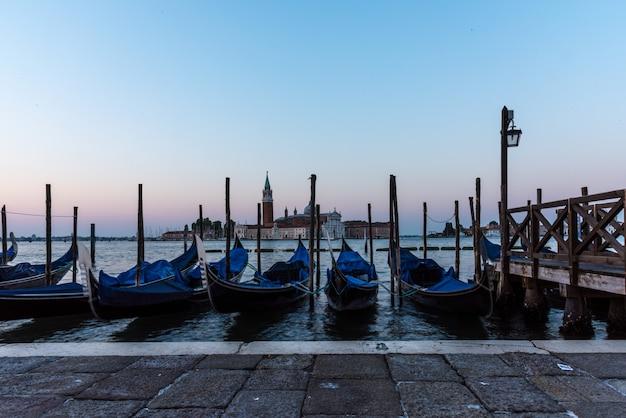 Colpo di alto angolo di gondole parcheggiate nel canale a venezia, italia Foto Gratuite