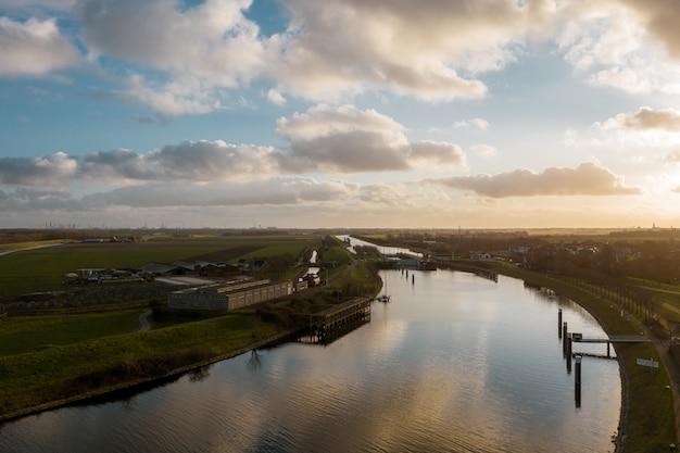 ヴェール、オランダの建物に囲まれた美しい川のハイアングルショット 無料写真