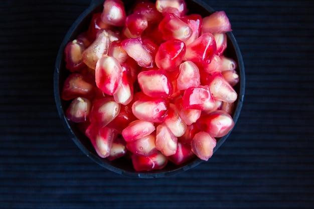 Высокий угол обзора миски свежих плодов граната Бесплатные Фотографии