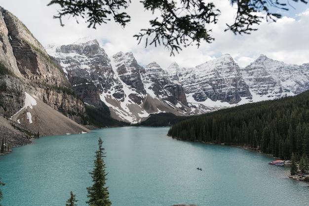 산악 풍경으로 둘러싸인 맑은 얼어 붙은 호수의 높은 각도 샷 무료 사진