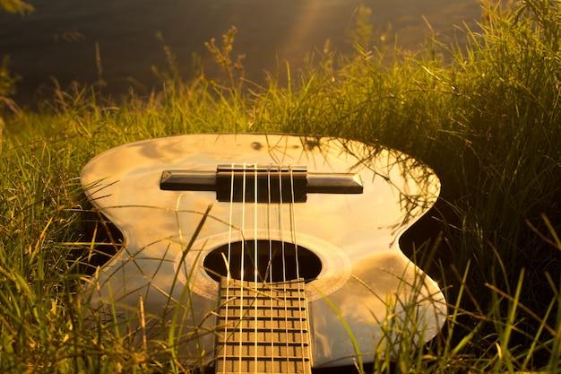 芝生の上のギターのハイアングルショット 無料写真