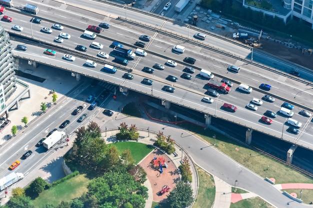 토론토, 캐나다에서 캡처 한 자동차로 가득 찬 고속도로의 높은 각도 샷 무료 사진