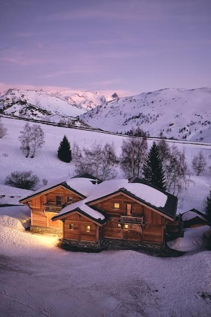 프랑스의 프랑스 알프스의 Alpe D Huez 스키 리조트에서 편안한 오두막의 높은 각도 샷 무료 사진