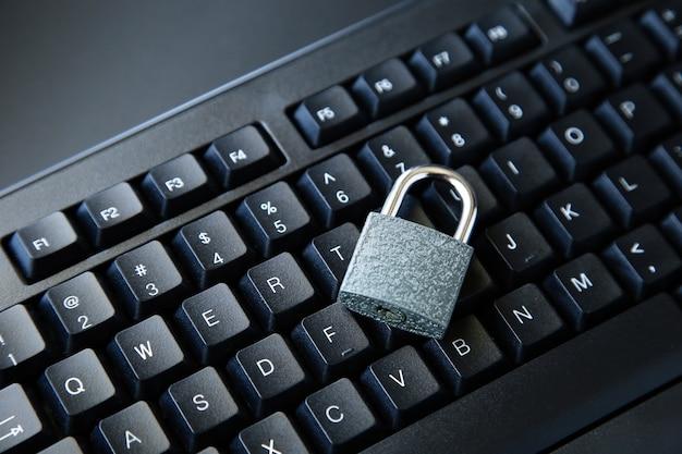 Высокий угол снимка замка на черной компьютерной клавиатуре на черной поверхности Бесплатные Фотографии