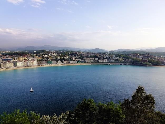 スペイン、サンセバスチャンの魅惑的なビーチの風景のハイアングルショット 無料写真