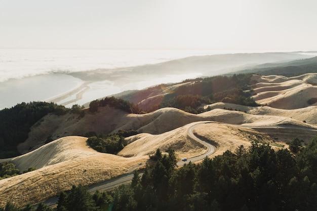 Снимок дороги посреди безлюдного пейзажа под высоким углом Бесплатные Фотографии