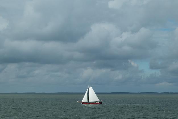 바다에서 범선의 높은 각도 샷 무료 사진