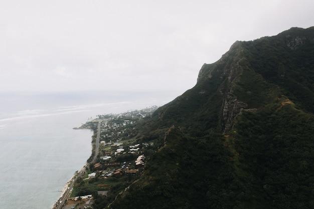 曇り空と海岸の急な山のハイアングルショット 無料写真