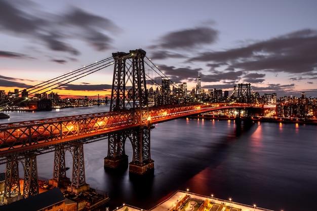 Ночной снимок освещенного подвесного моста с высоким углом Бесплатные Фотографии