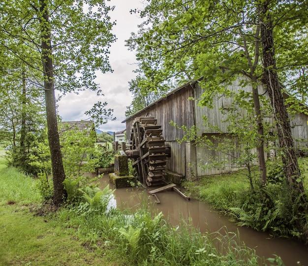 スロベニアの田舎の古い建物水車のハイアングルショット 無料写真