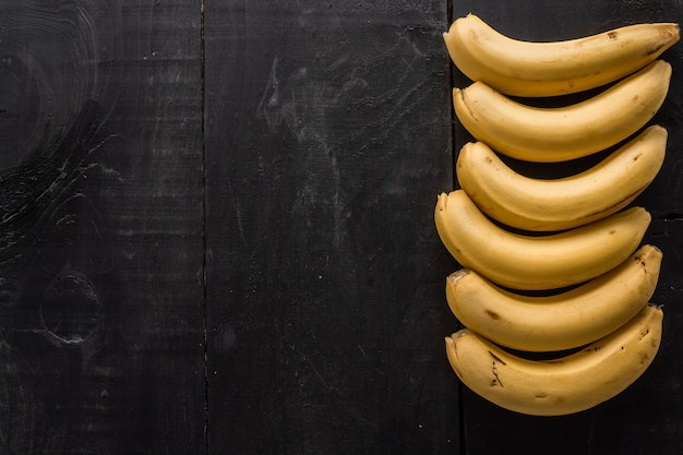 검정색 배경에 복사 공간이 바나나의 높은 각도 샷 무료 사진