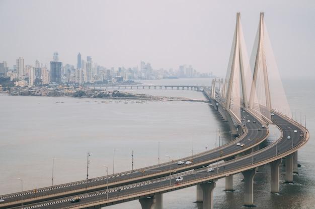 안개로 둘러싸인 뭄바이의 Bandra Worli Sealink의 높은 각도 샷 무료 사진