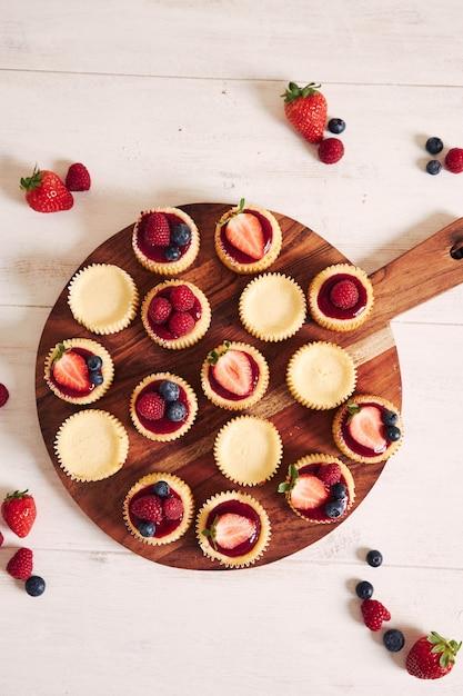 나무 접시에 과일 젤리와 과일 치즈 컵 케이크의 높은 각도 샷 무료 사진