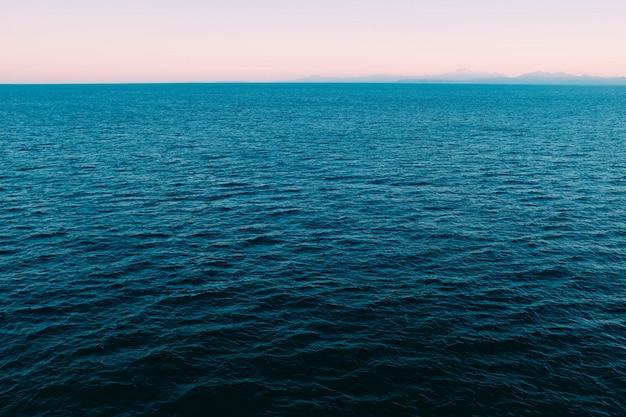 Высокий угол выстрела красивого спокойного голубого океана Бесплатные Фотографии