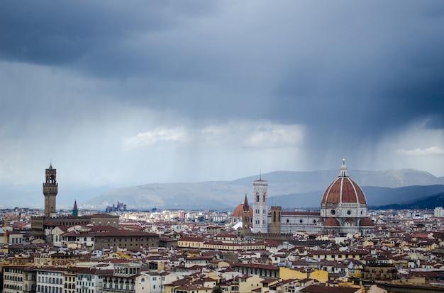 澄んだ空の下でフィレンツェの美しい街のハイアングルショット 無料写真