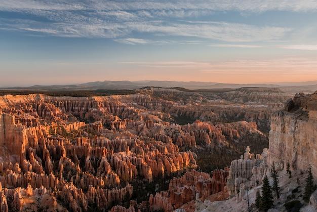 アメリカのブライスキャニオンの息を呑むような景色のハイアングルショット-まるで天国のよう 無料写真