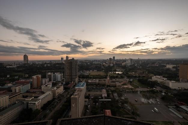 ケニア、ナイロビ、サンブルで撮影された曇り空の下の建物のハイアングルショット 無料写真