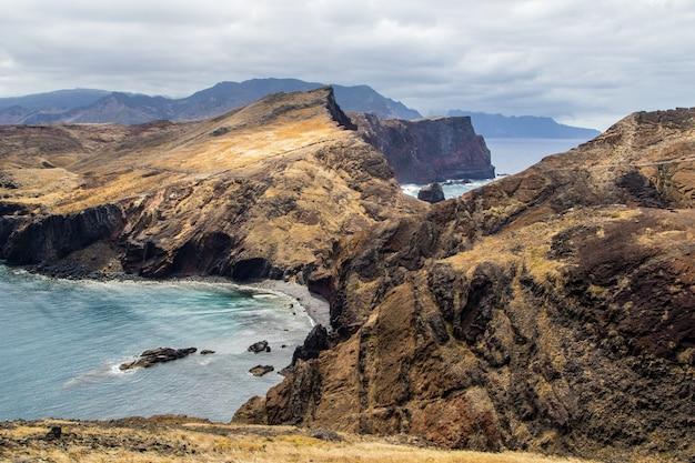 Высокий угол выстрела скал на берегу океана в понта-де-сан-лоренцо, мадейра Бесплатные Фотографии