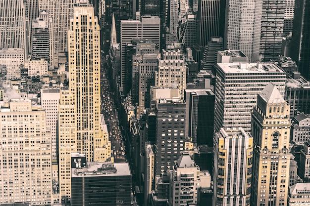 さまざまな種類の建物でいっぱいの有名な歴史的な街ニューヨークのハイアングルショット 無料写真