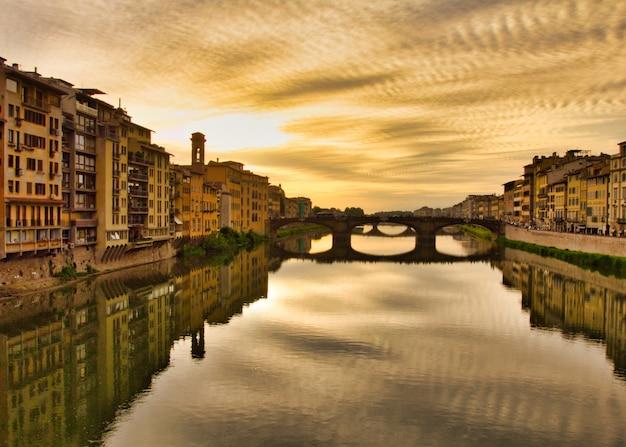 Высокий угол съемки мрачной площади микеланджело флоренции с отражениями в реке Бесплатные Фотографии