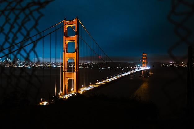 夜の紺碧の空の下でゴールデンゲートブリッジのハイアングルショット 無料写真