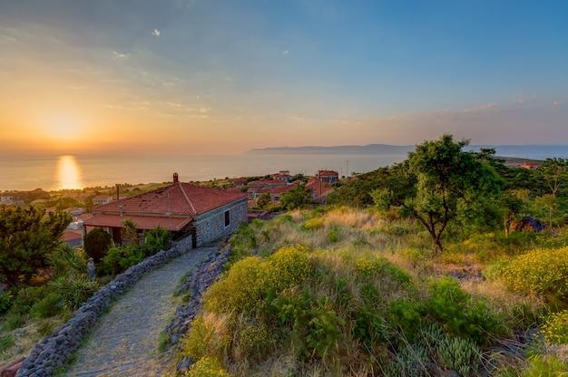 ギリシャ、レスボス島で撮影された夕日の下の木々の家のハイアングルショット 無料写真