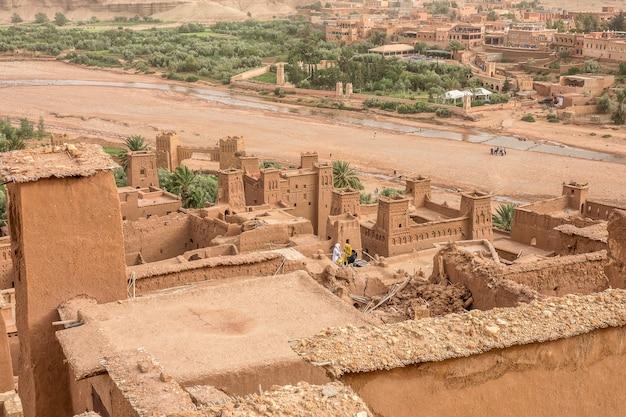 Снимок с высокого угла исторической деревни касба айт бен хаддоу в марокко. Бесплатные Фотографии