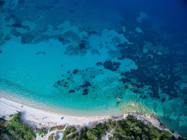 サモス島、ギリシャの青のさまざまな色合いで海のハイアングルショット 無料写真