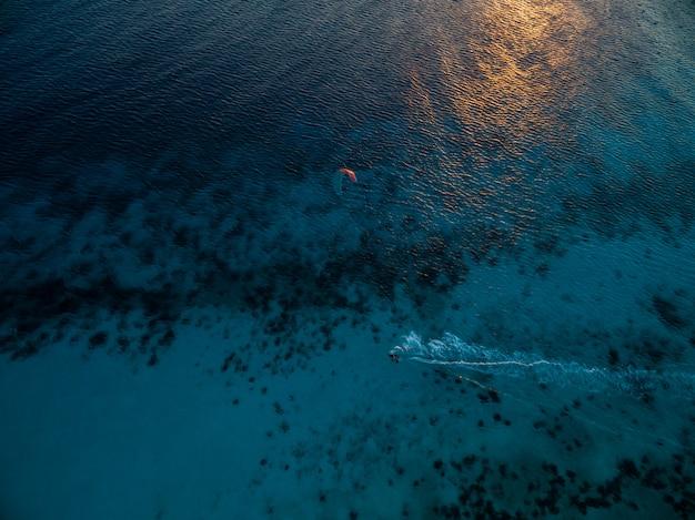 カイトサーフィンで海のハイアングルショット。ボネール、カリブ海 無料写真